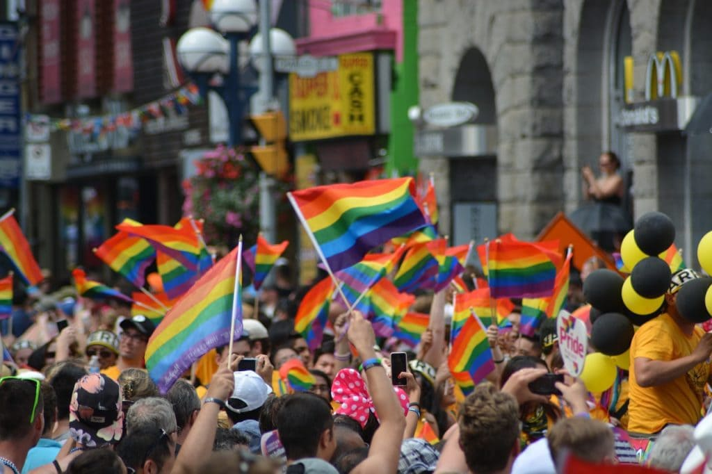 gay alternatives to couchsurfing
